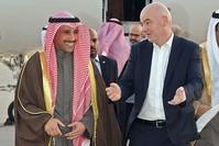 رئيس الفيفا برفقة رئيس مجلس الأمة الكويتي في زيارة سابقة (الفرنسية)