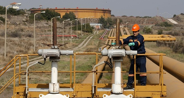 A worker checks the valve gears of pipes linked to oil tanks at Turkey's Mediterranean port of Ceyhan, which is run by state-owned Petroleum Pipeline Corporation (BOTAŞ) (Reuters File Photo)