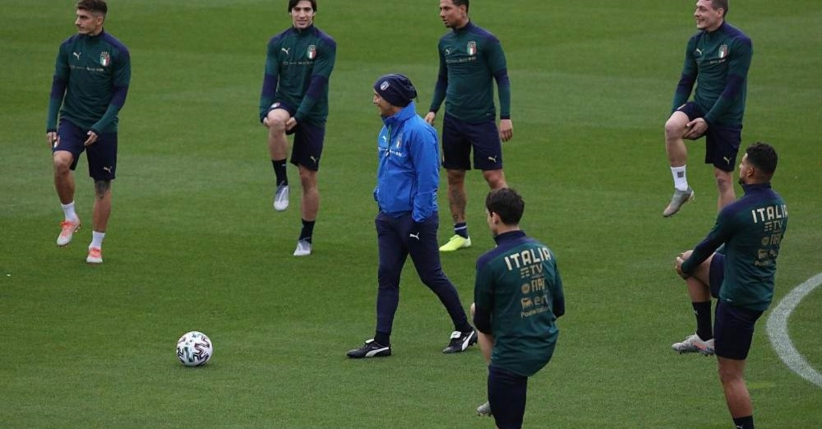 Italy coach Roberto Mancini, center, leads a training session, Coverciano, Nov. 11, 2019. (AP Photo)