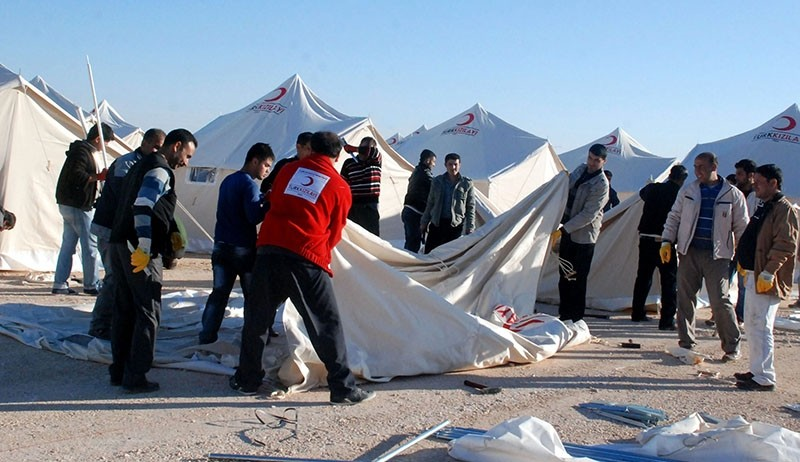 Turkish Red Crescent workers setting up tents in u015eanlu0131urfa's Ceylanpu0131nar district near the Syrian border (AA File Photo)