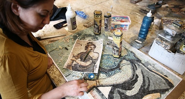 A student of Gaziantep, Turkey's mosaic course imitates the style of an ancient mosaic on display at the Zeugma Mosaic Museum (AA Photo)