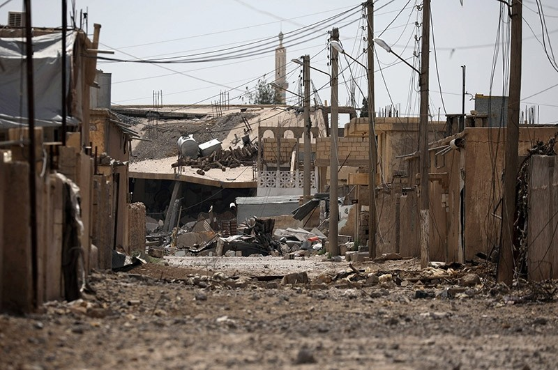 A general view shows the damage along a street in the Raqqa's al-Sanaa industrial neighbourhood, Syria June 14, 2017. Picture taken June 14, 2017. (Reuters Photo)