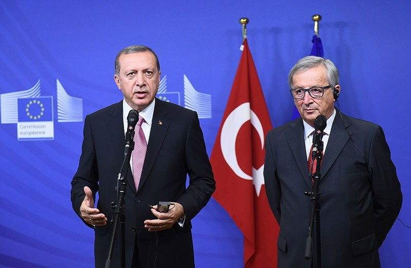 President Recep Tayyip Erdou011fan (l) and EU Commission President Jean-Claude Juncker address a brief statement in Brussels, on October 5, 2015. (AFP Photo)